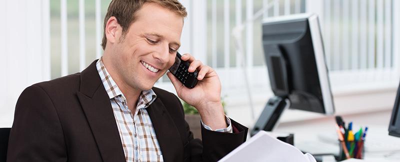 freundlicher mitarbeiter am telefon