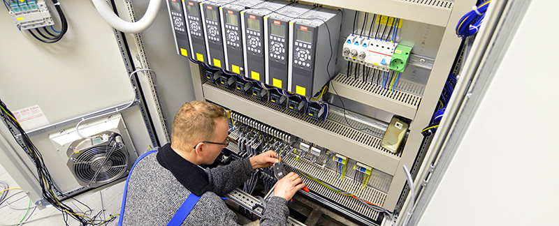Elektro Monteur Schaltschrank // electronic industry